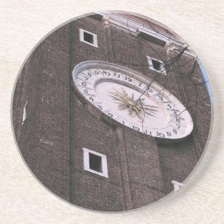 Torre de reloj en la iglesia de Santi Apostoli en Posavasos Diseño