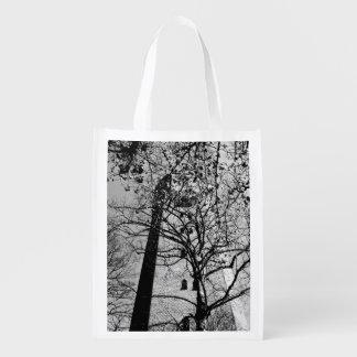Torre detrás de árboles bolsa para la compra