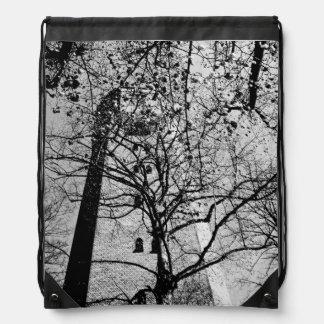 Torre detrás de árboles mochila
