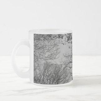 Torre detrás de árboles tazas de café