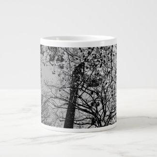 Torre detrás de árboles tazas extra grande