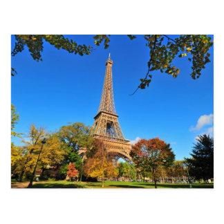 Torre Eiffel con los árboles y las hojas del otoño Postal