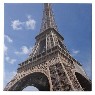 Torre Eiffel de París contra el cielo azul del ver Azulejo Cuadrado Grande