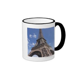 Torre Eiffel de París contra el cielo azul del ver Tazas De Café