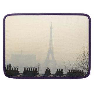 Torre Eiffel de París Francia en un día de niebla Fundas Para Macbooks