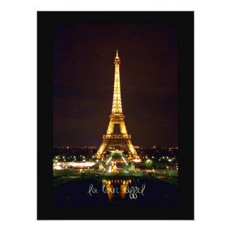Torre Eiffel en la impresión fotográfica de la noc