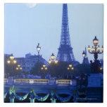 Torre Eiffel en la oscuridad con salida de la luna Tejas Cerámicas