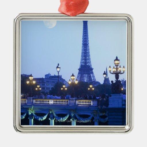 Torre Eiffel en la oscuridad con salida de la luna Ornamentos De Reyes