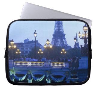 Torre Eiffel en la oscuridad con salida de la luna Funda Ordendadores