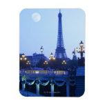 Torre Eiffel en la oscuridad con salida de la luna Imanes