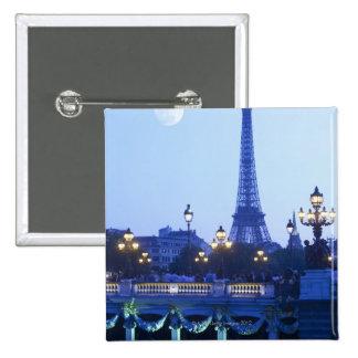 Torre Eiffel en la oscuridad con salida de la luna Pin Cuadrado