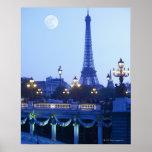 Torre Eiffel en la oscuridad con salida de la luna Póster