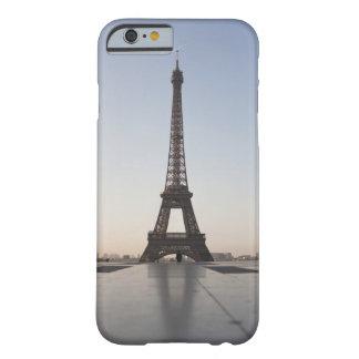 Torre Eiffel en la oscuridad, París, Funda Barely There iPhone 6