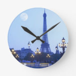 Torre Eiffel en la oscuridad Reloj Redondo Mediano