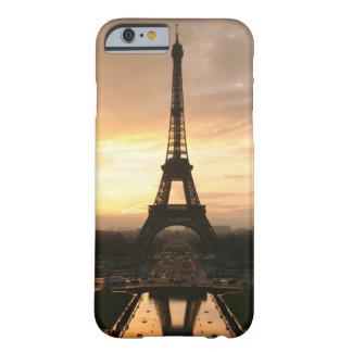 Torre Eiffel en la salida del sol del Trocadero Funda De iPhone 6 Barely There