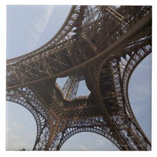 Torre Eiffel en París, opinión de ángulo bajo Azulejo Cuadrado Grande