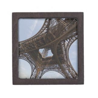 Torre Eiffel en París, opinión de ángulo bajo Cajas De Regalo De Calidad