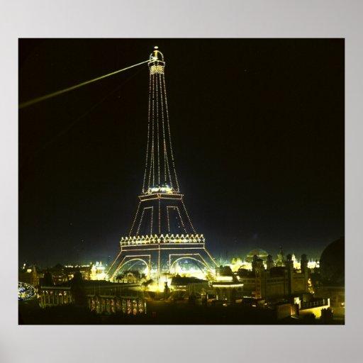 Torre Eiffel iluminada en la exposición 1900 de Pa Póster