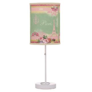 Torre Eiffel, lámpara y flores elegantes lamentabl