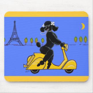 Torre Eiffel retra de la vespa negra del caniche Alfombrillas De Ratones