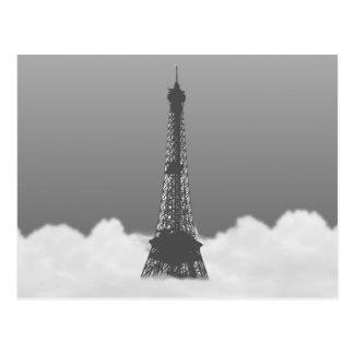 Torre Eiffel romántica que flota en nube Postal