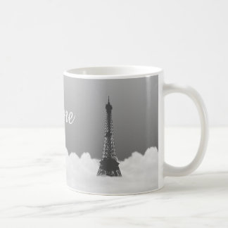 Torre Eiffel romántica que flota en nube Taza Básica Blanca