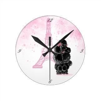Torre Eiffel rosada y caniche negro Relojes