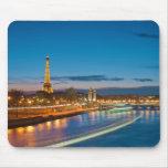 Torre Eiffel y Pont Alejandro III en la noche Alfombrilla De Raton