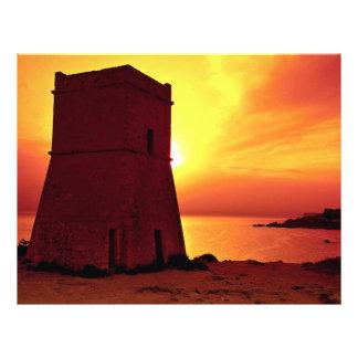 Torre en puesta del sol, bahía del reloj del cruza tarjetón