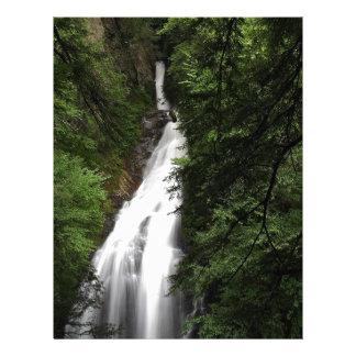 Torrente que fluye blanco de la cascada plantilla de membrete