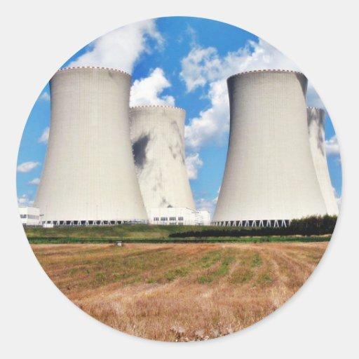 Torres de enfriamiento de una central nuclear pegatina redonda