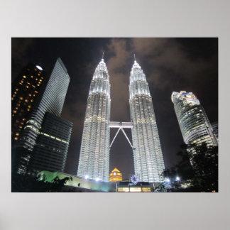 Torres de Petronas en la impresión de la noche Poster