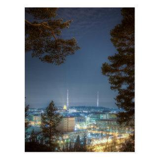 Torres de radio en noche fría del invierno postales