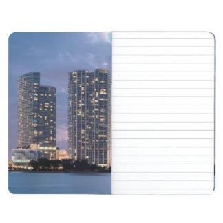 Torres del condominio en la costa en Miami Cuaderno Grapado