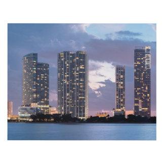 Torres del condominio en la costa en Miami