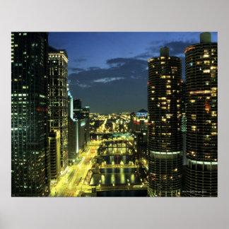 Torres del puerto deportivo, el río Chicago, impul Impresiones