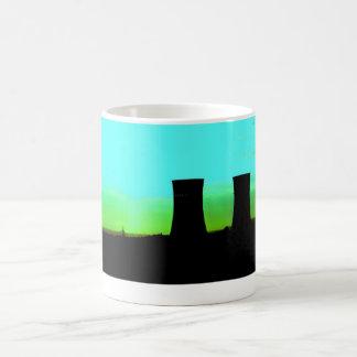 torres del tinsley en el tiro distante del taza de café