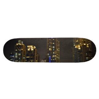 Torres en el puerto deportivo de Dubai en la noche Skateboards