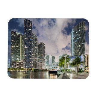 Torres iluminadas en la costa del río de Miami Imán Flexible