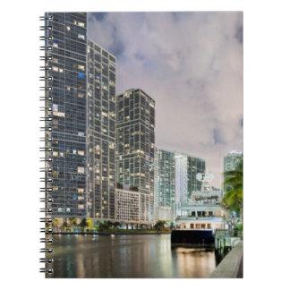 Torres iluminadas en la costa del río de Miami Libretas Espirales