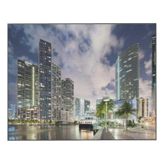 Torres iluminadas en la costa del río de Miami