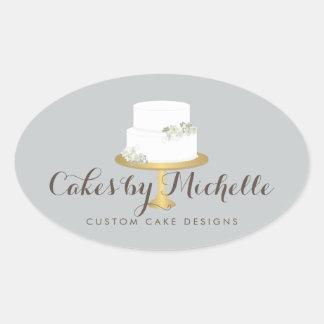 Torta blanca elegante con la torta floral que pegatina ovalada