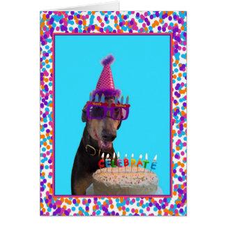 Torta colorida de la celebración del cumpleaños de tarjeton