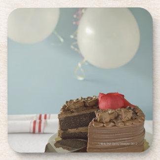 Torta de chocolate con la rebanada que falta en la posavasos