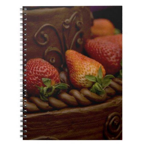 Torta de chocolate de la fresa libros de apuntes con espiral