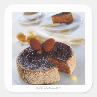 Torta de chocolate en la placa, primer pegatina cuadrada
