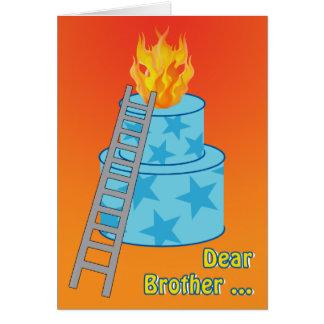 Torta de cumpleaños en el viejo chiste del fuego tarjeta de felicitación