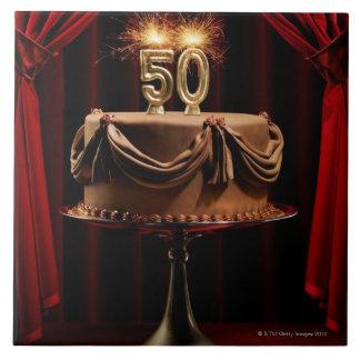 Torta de cumpleaños en etapa con número 50 velas azulejo cuadrado grande