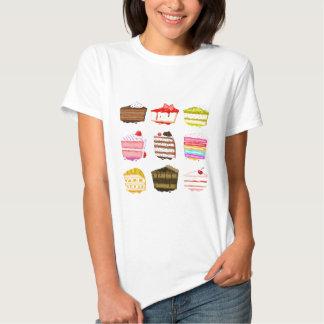 Torta de cumpleaños linda de la torta con crema camisas