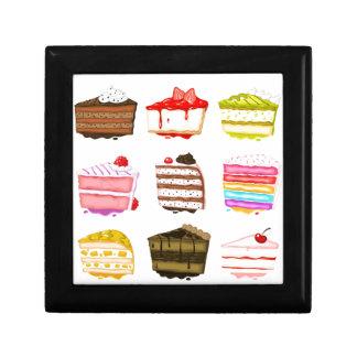 Torta de cumpleaños linda de la torta con crema joyero cuadrado pequeño